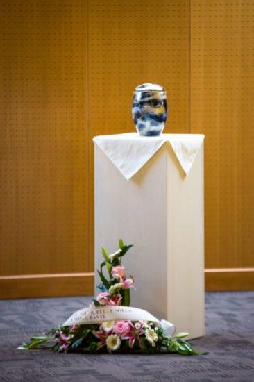 urne funéraire sur un pied d'estale, cérémonie de funéraille après crémation organisée par le pompes funèbres de caudry